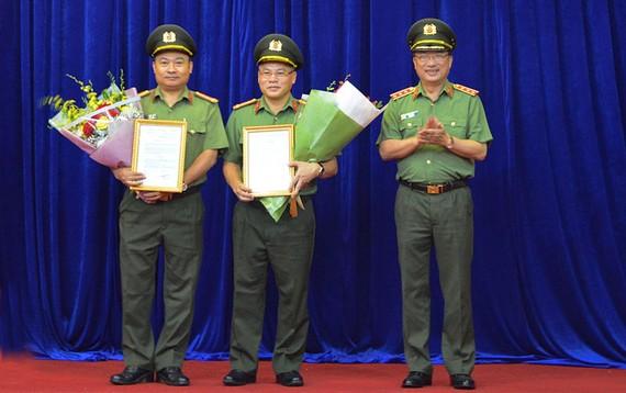 Thứ trưởng Bộ Công an Nguyễn Văn Thành trao các Quyết định của Bộ trưởng Bộ Công an cho Đại tá Nguyễn Văn Long và Đại tá Nguyễn Hữu Hưng