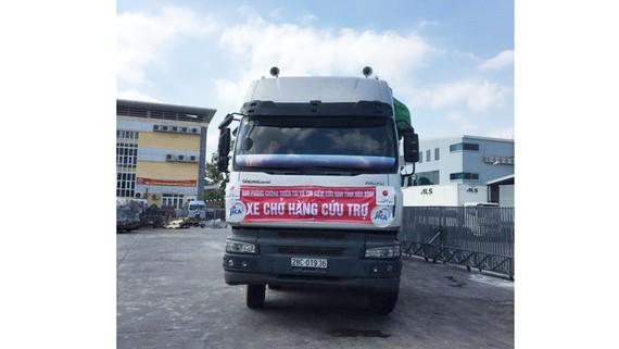 Xe vận chuyển hàng cứu trợ Nhật Bản về tỉnh Hòa Bình chiều 20-10