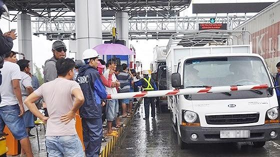 Trạm BOT Ninh An tê liệt vì tài xế sử dụng tiền lẻ qua trạm