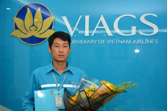 Nhân viên Nguyễn Chí Cường được khen thưởng