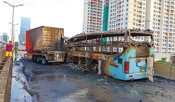 Hiện trường vụ xe khách giường nằm cháy rụi sau tai nạn