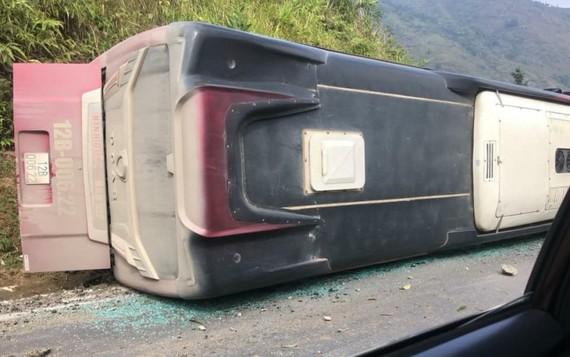 Chiếc xe khách lật nghiêng tại hiện trường. Ảnh: MXH