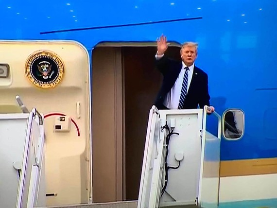 Tổng thống Donald Trump vẫy chào trước khi bước vào máy bay
