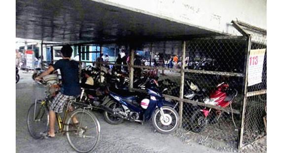 Nhiều gầm cầu vượt được sử dụng làm bãi đỗ xe