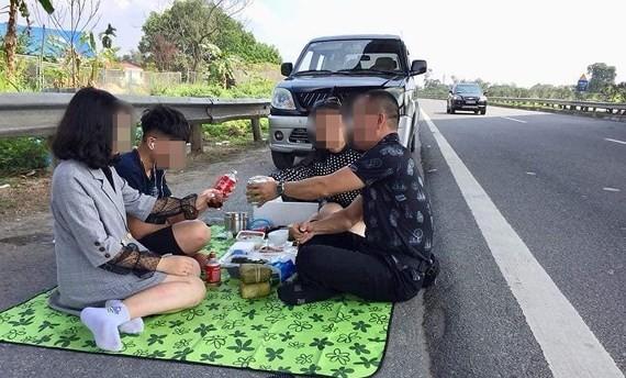 Cảnh dừng xe ăn uống trên cao tốc Nội Bài - Lào Cai ngày 6-2-2019 và được livestream trên mạng xã hội. Ảnh cắt từ clip