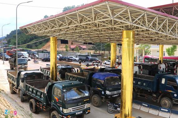 Ùn tắc tại trạm BOT Hòa Lạc - Hòa Bình