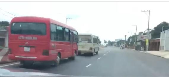 Hai xe khách rượt đuổi nhau. Ảnh cắt từ clip