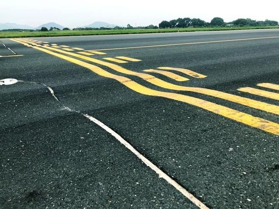 Một đoạn đường cất hạ cánh tại Nội Bài đang bị lún
