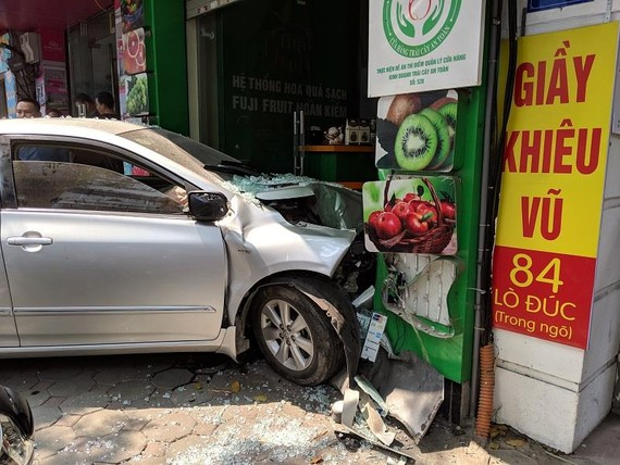 Nữ  tài xế lao ô tô vào nhà dân ở Lò Đúc, Hà Nội