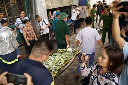 Lực lượng chức năng đưa thi thể nạn nhân ra khỏi hiện trường