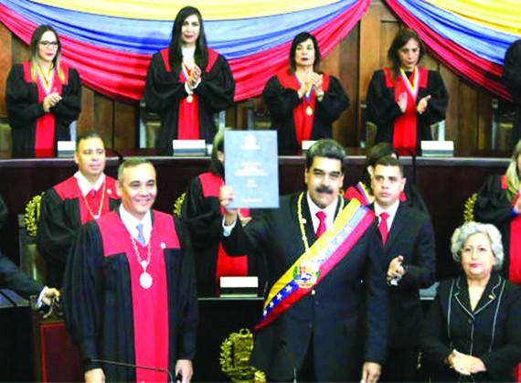 委總統馬杜羅(中)連任就職儀式上展示證書。