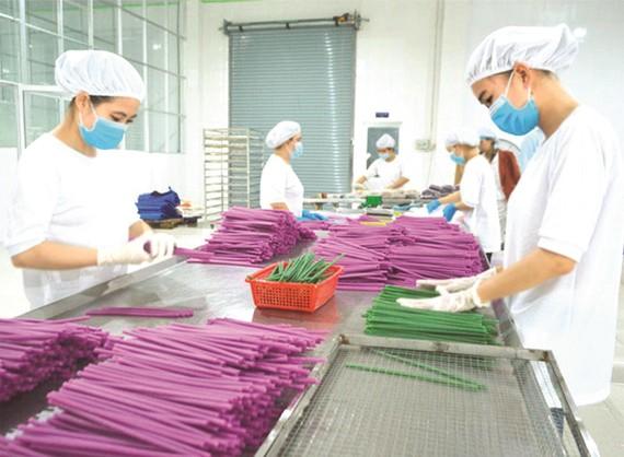 使用麵粉製造吸管限制排放塑料廢棄物。