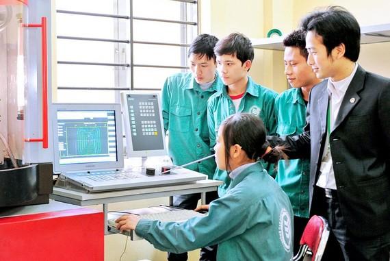 青年在職技學校學習。