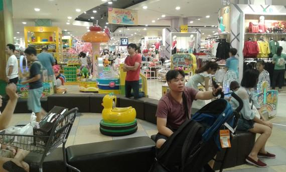 各商場的娛樂區在假日吸引眾多遊人,但供不應求。