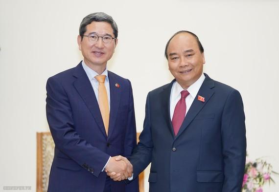 阮春福總理接見韓越友好議員小組主席金賀勇。