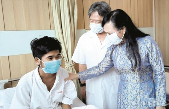 衛生部長阮氏金進昨(23)日中午前往河內越德醫院探訪上週剛進行器官移植手術的一些病人