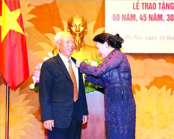 黨中央政治局委員、國會黨團書記、國會主席阮氏金銀,於日前在國會大廈出席了由國會辦公廳機關黨部舉行的60年、45年及30年黨齡紀念章頒授儀式。