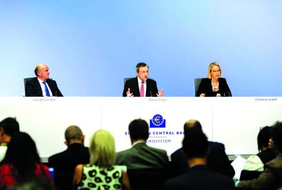 歐洲央行行長德拉吉(中)在新聞發佈會上介紹情況。