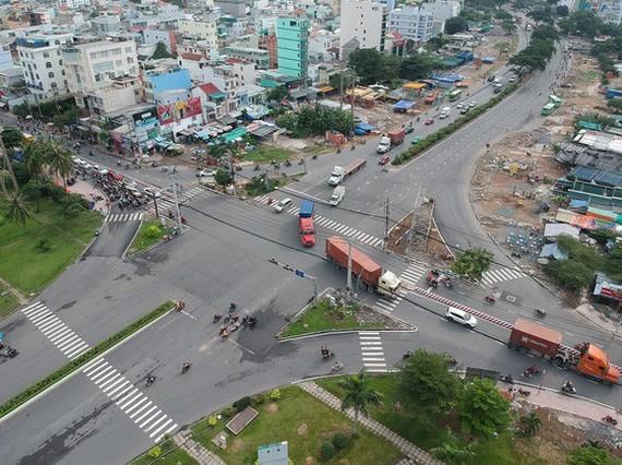 新順加工出口區前的阮文靈與黃晉發四岔路口。