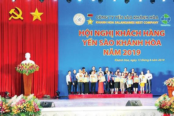 Ban lãnh đạo công ty trao giải thưởng và chụp hình  lưu niệm với các nhà phân phối kim cương