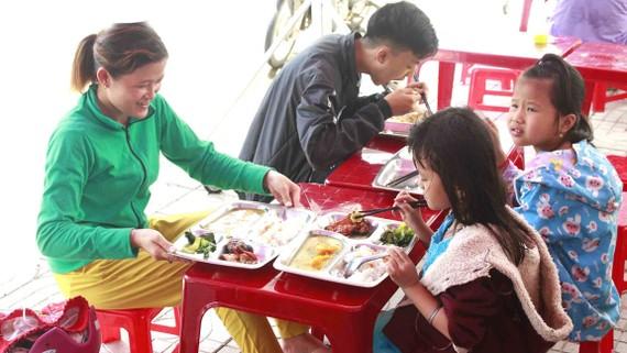 Người lao động ấm lòng khi có bữa ăn miễn phí
