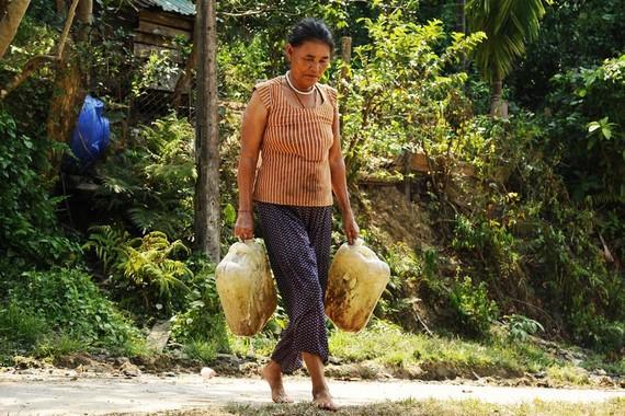 Người dân phải ngược núi để lấy nước về sinh hoạt