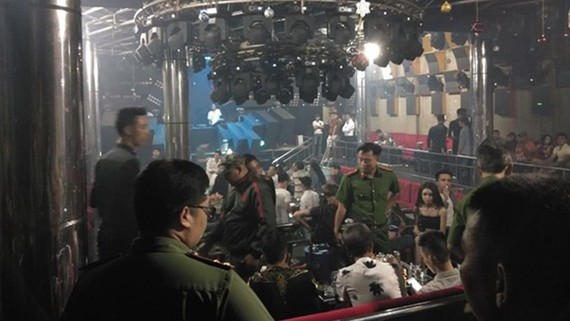 Lực lượng chức năng kiểm tra Bar 162 Nguyễn Văn Lượng. Ảnh: CHÂU TRỊNH