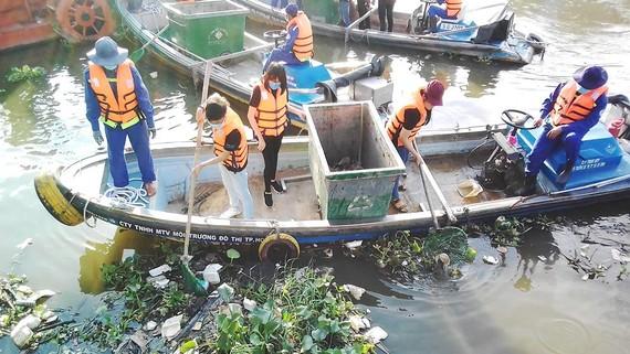 Việc xả rác thải bừa bãi ra môi trường đang gây áp lực  cho công tác thu gom và xử lý
