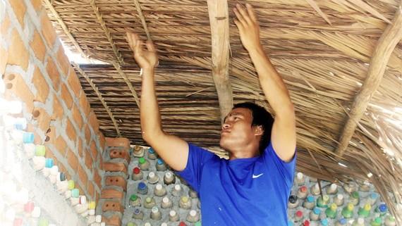 Nguyễn Lợi cất nóc cho homestay làm từ vỏ chai của mình