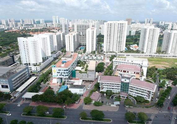 Bệnh viện và khu dân cư tại quận 7. Ảnh: CAO THĂNG