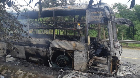 Xe khách bị cháy rụi