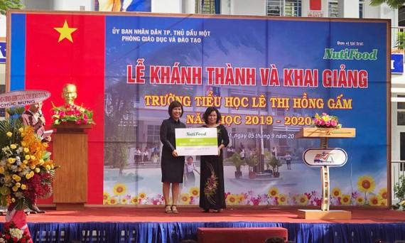 NutiFood tặng Trường tiểu học Lê Thị Hồng Gấm nhân khai trường