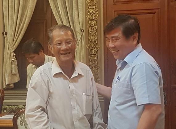 Ông Nguyễn Thanh Giảng (trái) vui mừng trước quyết định giải quyết nhanh vụ khiếu nại của Chủ tịch UBND TPHCM Nguyễn Thành Phong