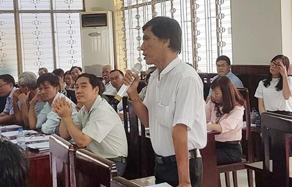 Trưởng ấp 7, xã Xuân Thới Thượng Nguyễn Văn Hùng phát biểu tại hội nghị.