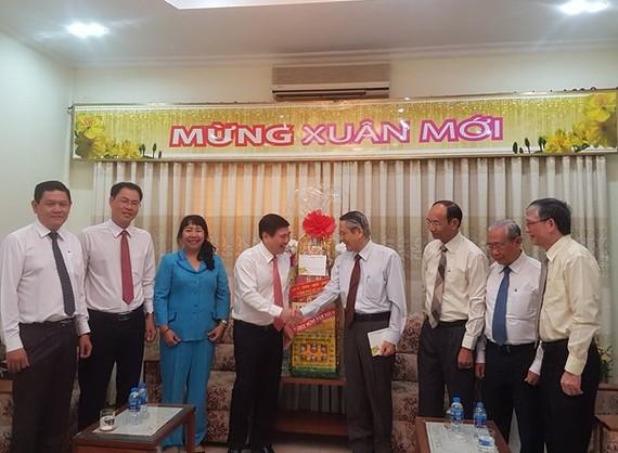 Chủ tịch UBND TPHCM Nguyễn Thành Phong và các thành viên trong đoàn chúc mừng năm mới Mục sư Thái Phước Trường, Hội trưởng Hội thánh Tin Lành Việt Nam (miền Nam) và các vị mục sư Tổng Liên hội