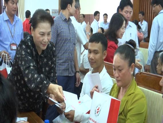 Chủ tịch Quốc hội Nguyễn Thị Kim Ngân trao quà cho người dân Hậu Giang