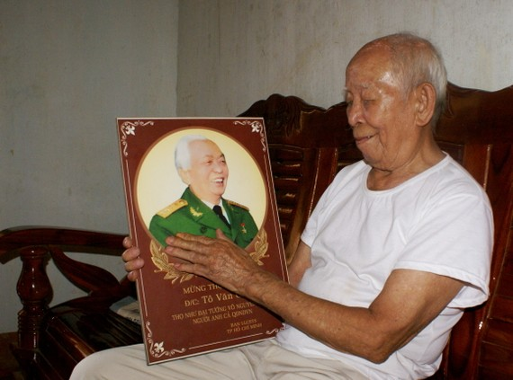 Ông Tô Đình Cắm bên chân dung Đại tướng Võ Nguyên Giáp ngày Đại tướng từ trần