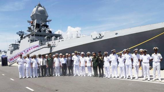Tàu hải quân Ấn Độ và thủy thủ đoàn thăm Cam Ranh