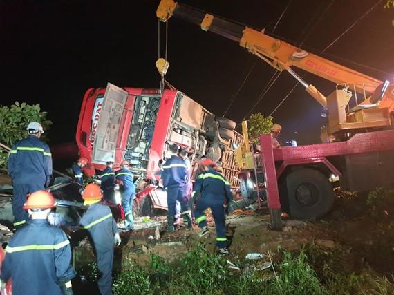 HIện trường vụ lật xe khiến 1 người chết, 12 người bị thương