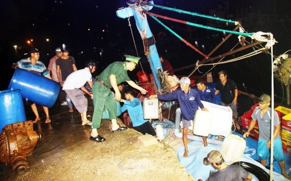 Tàu cá trên 1 tỷ bị sóng biển nhận chìm, 10 ngư dân thoát chết nhờ can nhựa...