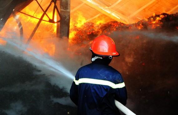 Chiến sĩ cảnh sát chữa cháy tiếp cận ngọn lửa lớn.