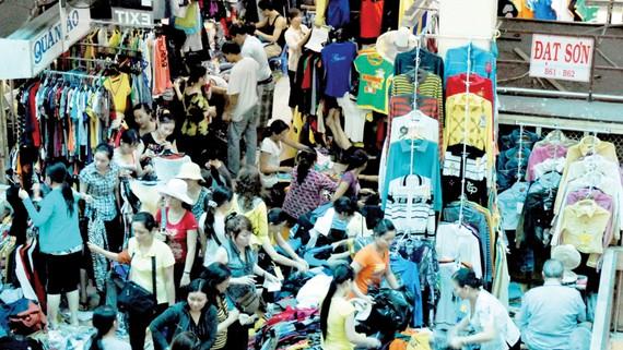 Mua bán tại chợ An Đông. ẢNh: CAO THĂNG