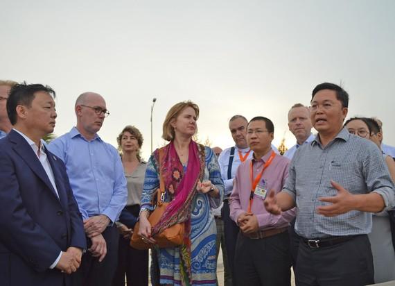 Bộ trưởng Bộ TN-MT Trần Hồng Hà và lãnh đạo UBND tỉnh Quảng Nam làm việc với Bộ trưởng Bộ Cơ sở hạ tầng và quản lý nước Hà Lan Cora van Nieuwenhuizen