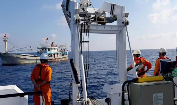 Tàu SAR 412 tiếp cận tàu QNA 91944 TS  có thuyền viên gặp nạn