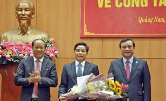 Ông Phan Việt Cường và Đinh Văn Thu trao quyết định chuẩn y, tặng hoa chúc mừng ông Lê Văn Dũng