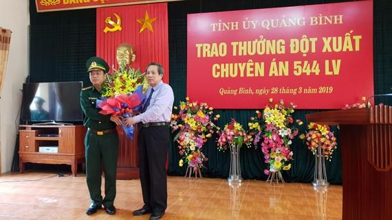 Ông Hoàng Đăng Quang Bí Thư Tỉnh ủy Quảng Bình tặng hoa khen thưởng đột xuất Ban chuyên án