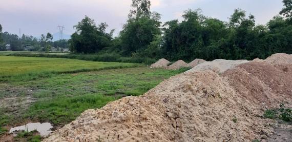 Một phần khác của 20 lô đất đã đổ đất thành đống. Ảnh: MINH PHONG