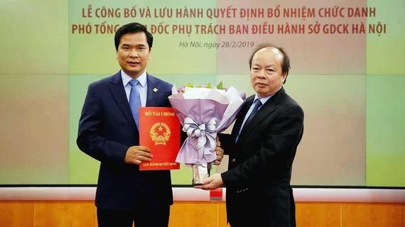Ông Nguyễn Như Quỳnh nhận quyết định và hoa từ lãnh đạo Bộ Tài chính