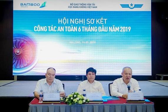 Ông Đinh Việt Thắng, Cục trưởng Cục HKVN (giữa) chủ trì hội nghị