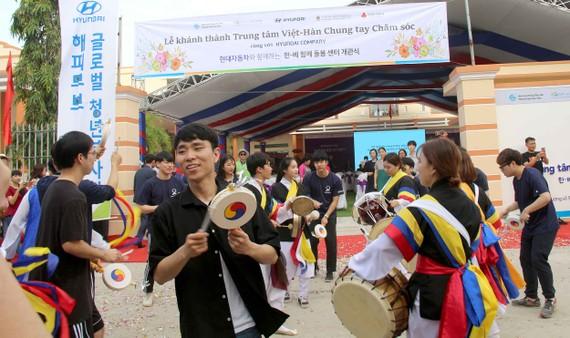 Tình nguyện viên Hàn Quốc biểu diễn nghệ thuật truyền thống tại lễ khánh thành. Ảnh: HIỀN TRANG